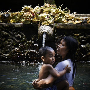 Ritual bath in a hot springtempel, Bali